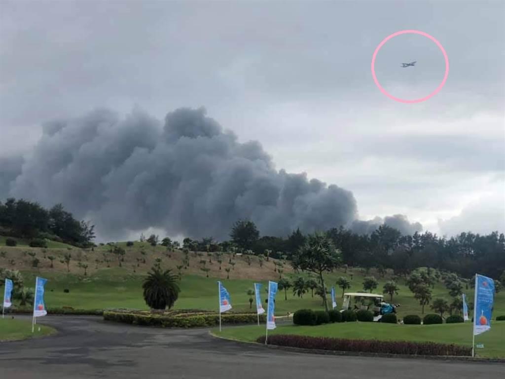 在火警附近打高爾夫球的民眾,捕捉到飛機飛過濃濃黑煙,網友看到照片驚喊:「快燒到飛機了」。(圖/讀者提供)