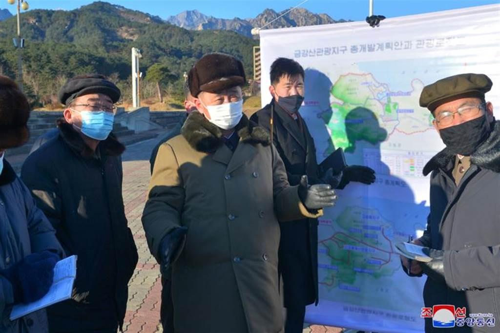 北韩总理金德勋,视察金刚山工地。(路透)(photo:ChinaTimes)