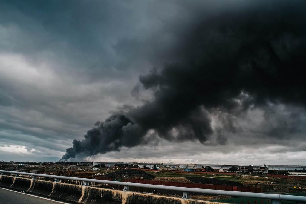 濃煙直竄天際,形成一條「黑色巨龍」,數公里外都能看見。(郭吉銓攝)