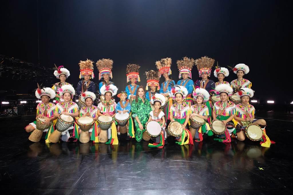 A-Lin(绿衣)在高雄巨蛋开唱,邀来原住民乐队合作。(宜辰整合行销提供)