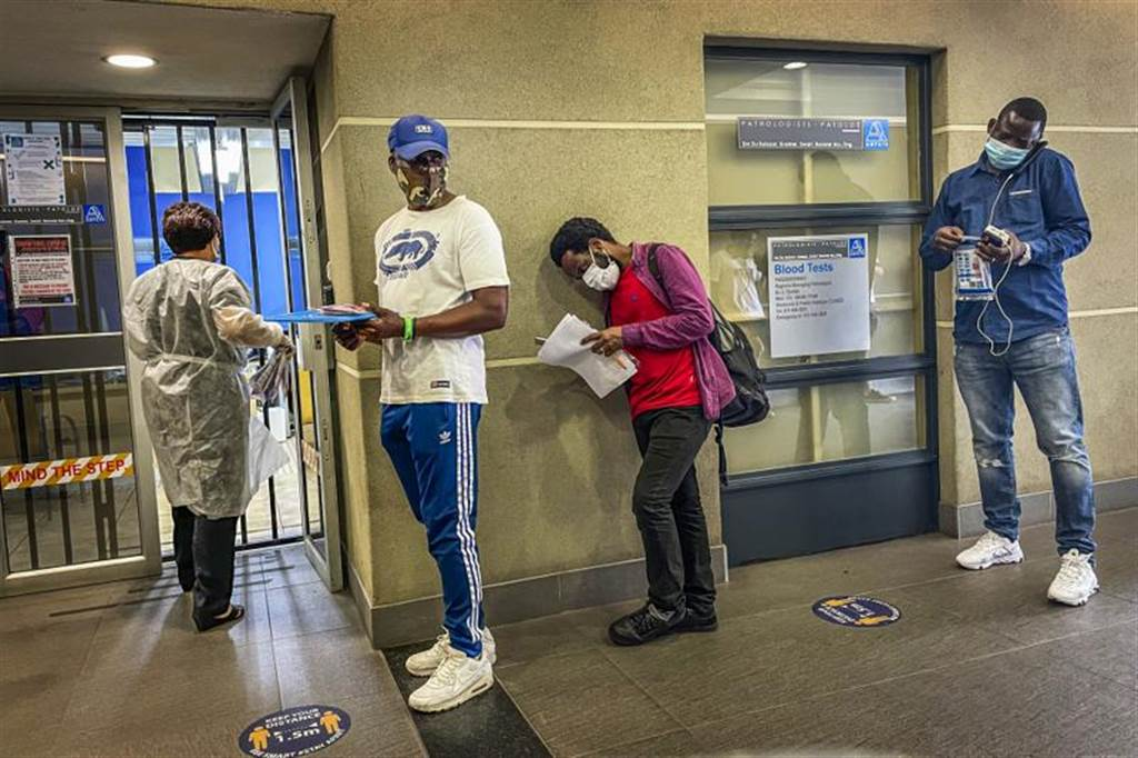 南非政府19日证实,当地出现变种新冠病毒(即新毒株),可能是导致第二波疫情加剧的原因,正与世界卫生组织合作研究新毒株的特性。(美联)(photo:ChinaTimes)