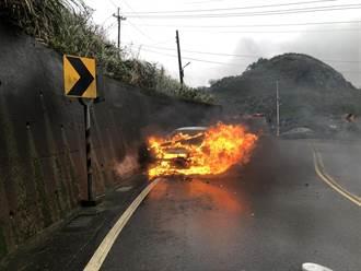 18年老車起火燃燒 車頭幾乎全毀無人傷亡
