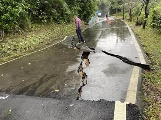 連日大雨石門北21線邊坡滑動 道路出現驚人裂縫畫面曝光