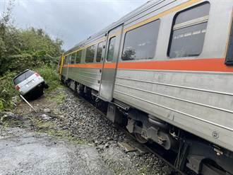 台鐵區間車平溪平交道擦撞小客車 現場無人傷亡