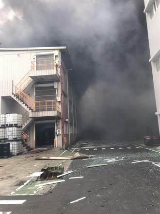 桃機旁藥廠爆炸竄濃煙大火 2人送醫、1人全身90%三度燙傷