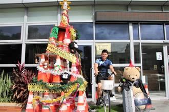 腳踏車發電超吸睛 桃警大搞創意 交通錐、封鎖線化身環保聖誕樹