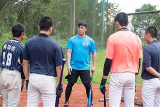 棒球》回家鄉指導青棒球員 陳俊秀、高國輝:他們很幸福
