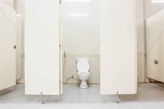 超商廁所沒裝門 馬桶前僅「放一塊」 女內急不管直接上了