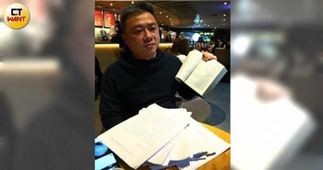 「车顶漏水自救会」联络人黄庄杰收集眾多陈情书,近日已递交交通部。(图/黄鹏杰摄)