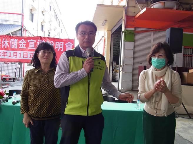 農委會主委陳吉仲(中)訪雲林縣,宣布開辦農民退休儲金,呼籲用專業科學角度看萊豬問題。(張朝欣攝)