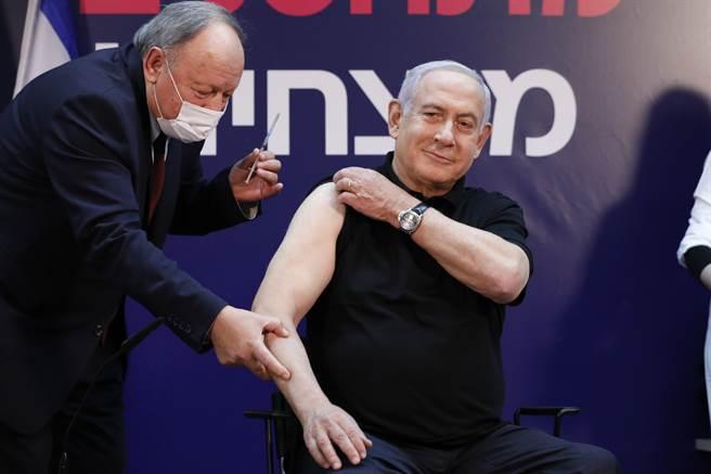 以身作則 以色列總理尼坦雅胡率先接種疫苗(圖/美聯社)