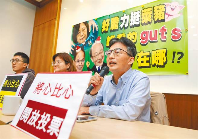 長期關注萊劑肉品問題的精神科醫師蘇偉碩(右)遭蔡政府「查水表」。(本報資料照片)