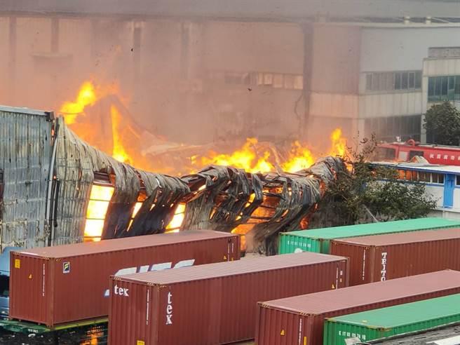 桃園蘆竹區的旭富製藥工廠今天傳出爆炸火警,目前火勢已延燒到桃園紙廠和東陽精密工業的工廠。(圖/記者陳麒全攝)