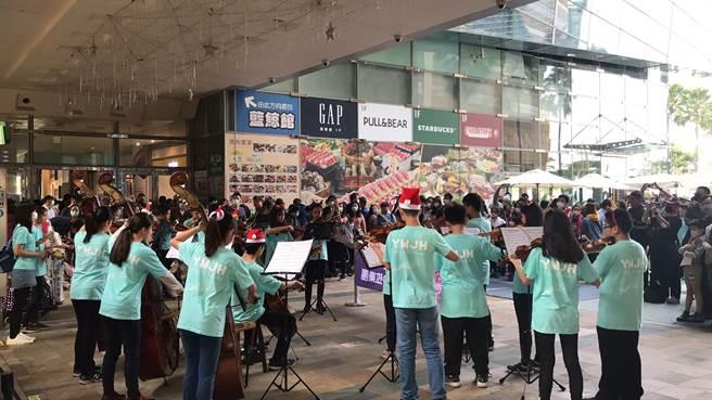 高雄市陽明國中弦樂團為慶祝音樂家貝多芬誕生250周年,在高雄夢時代進行二場「耶誕快閃公益募款表演」,除為自己樂團籌措款項外,更為聽損兒童進行公益募款。(柯宗緯翻攝)