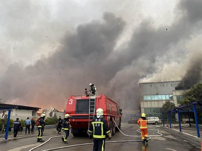 旭富製藥大火延燒桃園紙廠與東陽精密,警消急灌救。(蔡依珍攝)