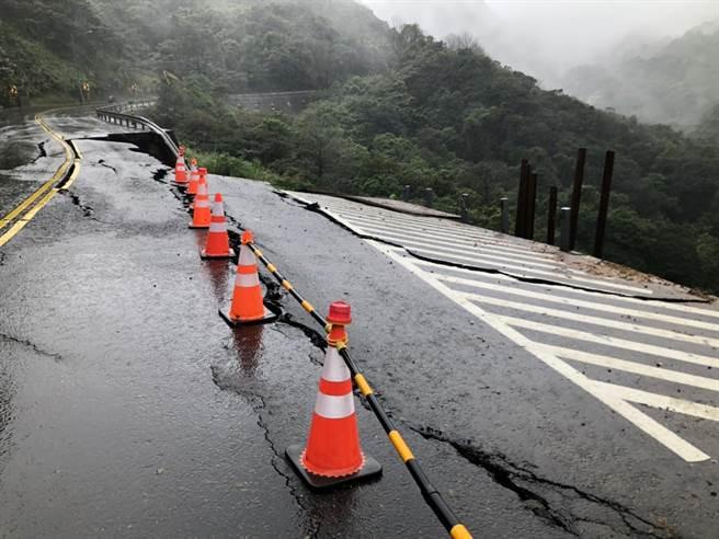 新北市金山區台2甲線8.4公里處今(20日)下午2時許,傳出邊坡坍方、路基流失,造成道路嚴重龜裂,目前雙向封閉。(金山區公所提供)