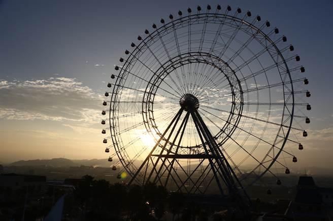 元旦麗寶最好玩,清晨搭上天空之夢摩天輪,在384米高空賞第一道曙光。(麗寶樂園渡假區提供/陳淑娥台中傳真)