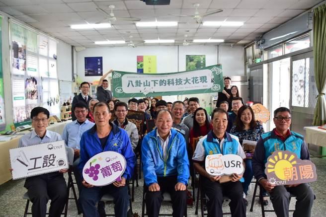 20日在新興社區活動中心舉辦成果發表與靜態成果展示,大村鄉長游盛(中)、副主席黃錫輝(左二)等人都出席盛會。(謝瓊雲攝)