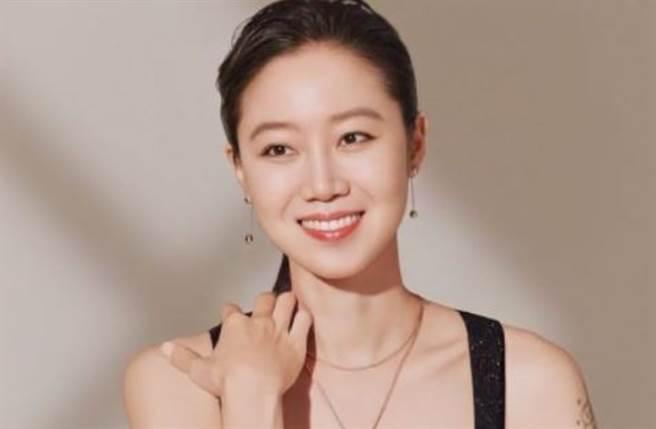 40歲南韓女星孔曉振穿上低胸裝大秀性感的鎖骨線條。(圖/IG@hyojinkong_fan)