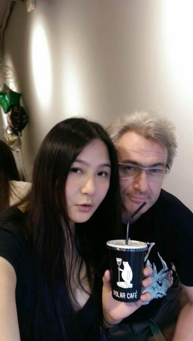 林鳳英與洋老公馬克。(圖/FB@林鳳英)