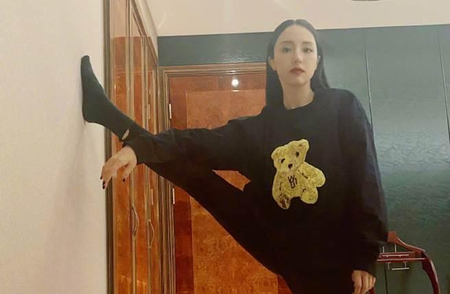 董璇豪開一字馬,回擊網嗆她武打戲用假腿的傳聞。(圖/取材自董璇微博)