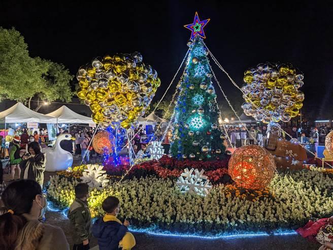 台南新營民治市政中心耶誕晚間舉行點燈儀式。(莊曜聰攝)