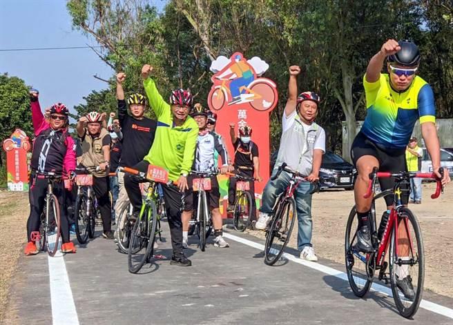 萬金糖鐵自行車道20日正式啟用,連結沿山公路185縣道,串起萬巒、潮州、崁頂、南州與林邊等5鄉鎮的觀光景點,縣長潘孟安(綠衣者)也騎車體驗。(潘建志攝)