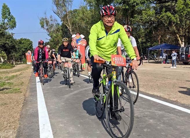 萬金糖鐵自行車道20日正式啟用,連結沿山公路185縣道,串起萬巒、潮州、崁頂、南州與林邊等5鄉鎮的觀光景點,縣長潘孟安也騎車體驗。(潘建志攝)