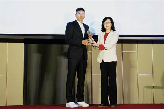 吳俊青(左)摘年度最佳男子球員。(中華足球協會提供)