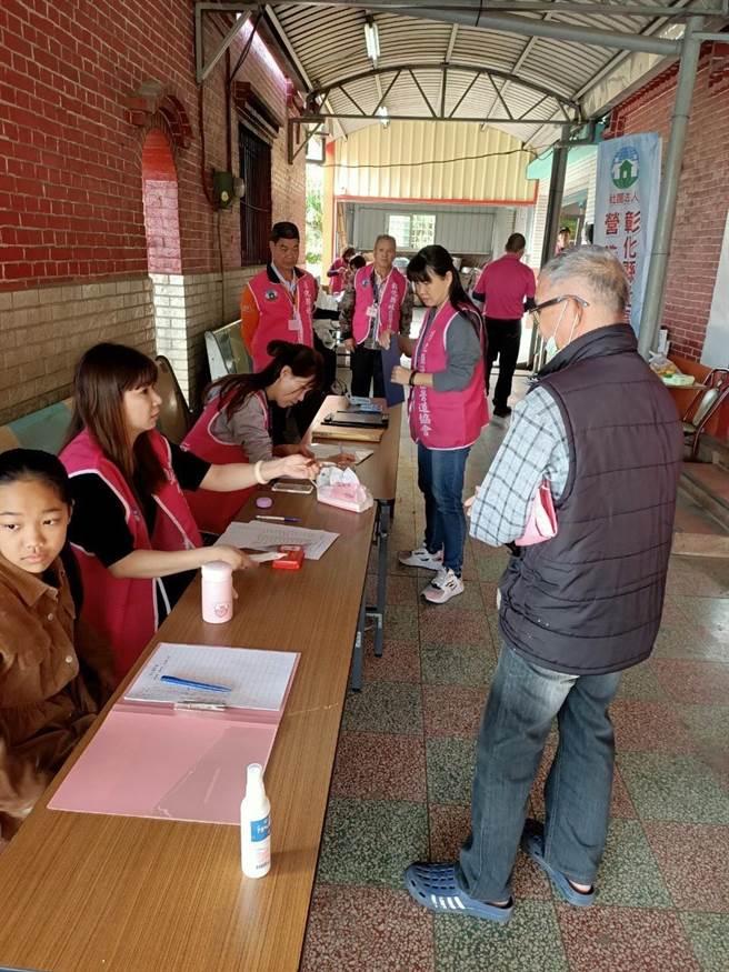 現場出動35名大小志工協助弱勢照顧戶登記領取物資。(謝瓊雲攝)
