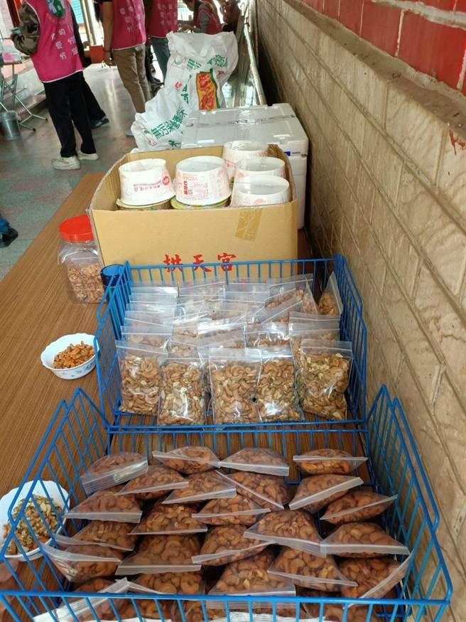 食物銀行募集各界與在地宮廟捐獻的愛心食品,供員林市南區4個里近40個邊緣戶家庭領取。(謝瓊雲攝)