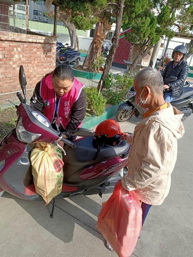 圓林食物銀行志工們熱心幫忙搬運、固定物資。(謝瓊雲攝)