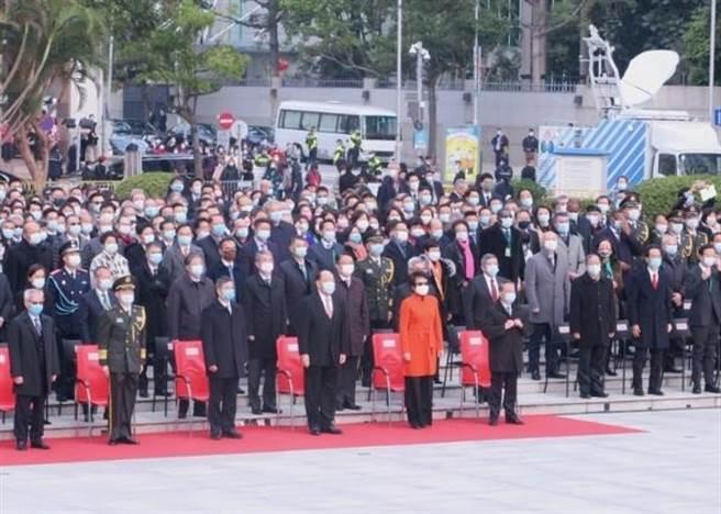 賀一誠(前排左4)今早率領澳門眾官員出席升旗儀式。(取自東網)