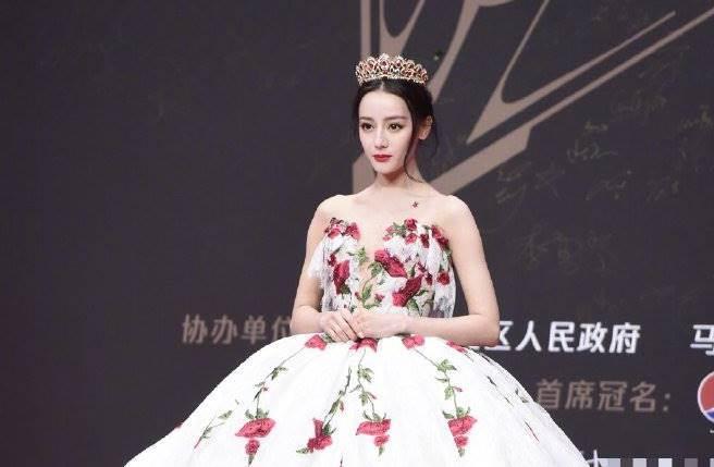 迪麗熱巴以一襲玫瑰刺繡蓬裙禮服絕美亮相,她整個人就像童話公主。(圖/取材自新浪娛樂微博)