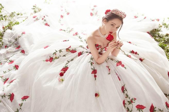 迪麗熱巴的玫瑰刺蓬裙禮服造型大獲好評。(圖/取材自嘉行迪麗熱巴工作室微博)