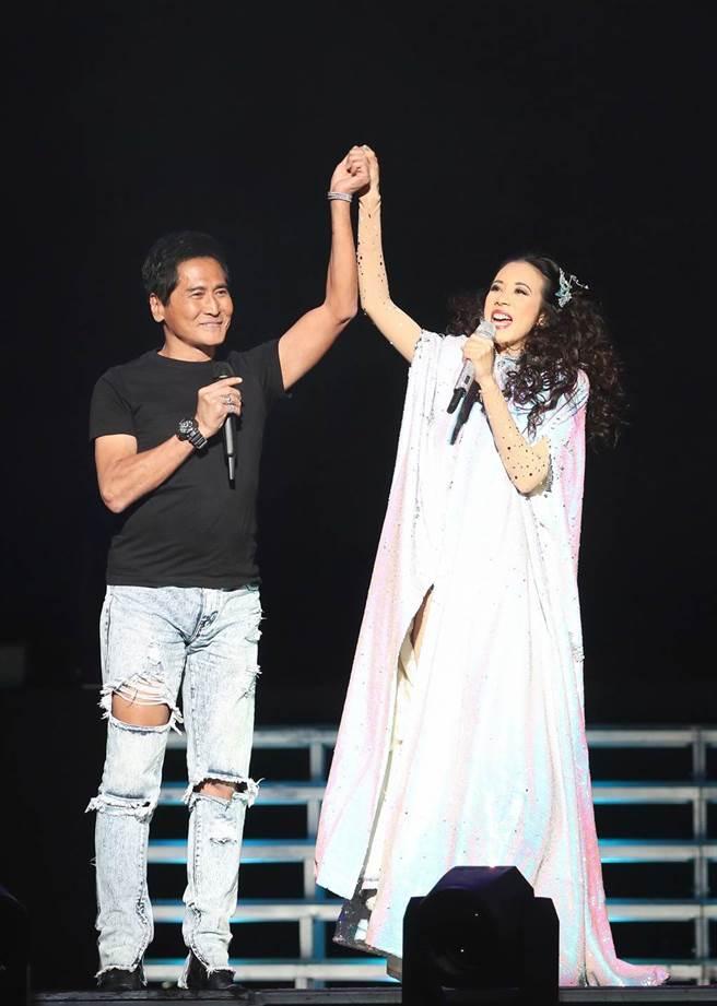 齊秦去年擔任莫文蔚北京場演唱會嘉賓,兩人暌違15年同台。(索尼提供)