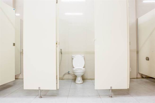 超商廁所沒裝門 馬桶前僅「放一塊」 女內急不管直接上了(示意圖/達志影像)
