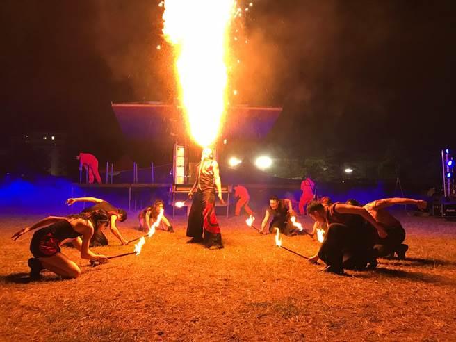 即將成真火舞團今(20)日以表演《火焰世家》,陪伴將退役的藝術卡車,在涼爽夜裡,為嘉義市民獻上最熱情的演出。(紙風車劇團提供)
