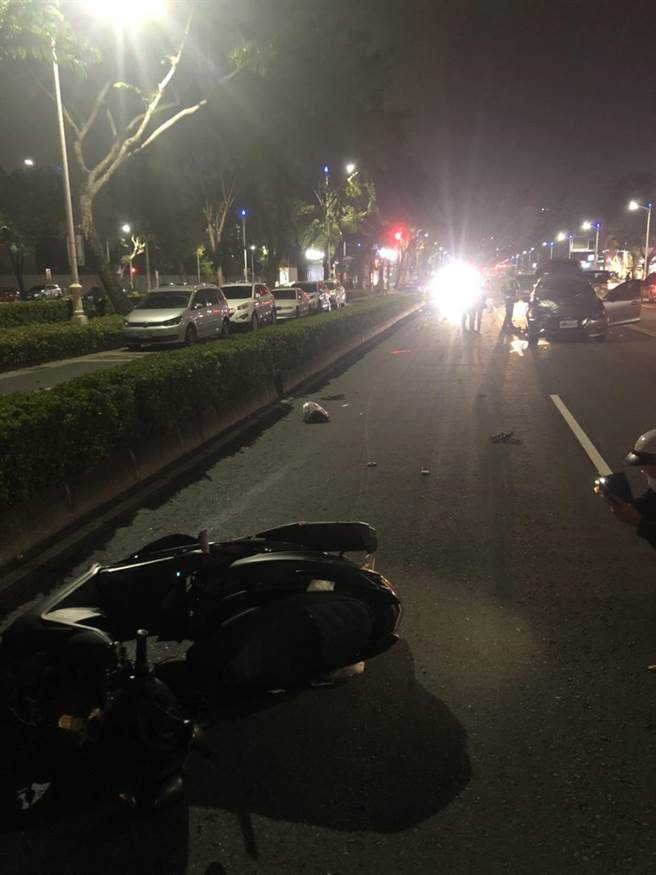 高雄今晚發生重大車禍,一對情侶疑違規遭撞飛釀兩死。(柯宗緯翻攝)
