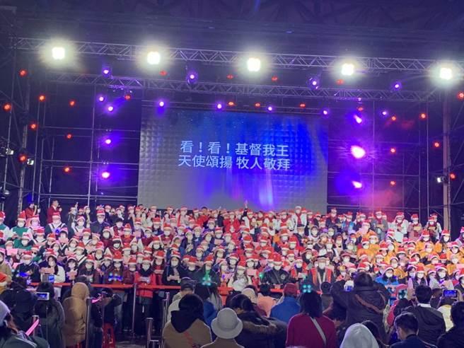 侯友宜晚間率市府團隊與新北市眾牧長及教友千人詩班齊唱耶誕詩歌,透過歌聲溫馨瞭亮震撼,將福音散播整個耶誕城。(許哲瑗攝)
