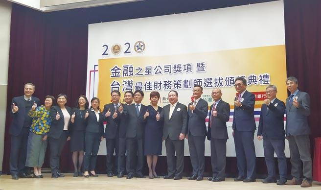 台灣最佳財務策劃師協會理事長戴朝暉(右六)以及與會貴賓合照。圖╱黃志方