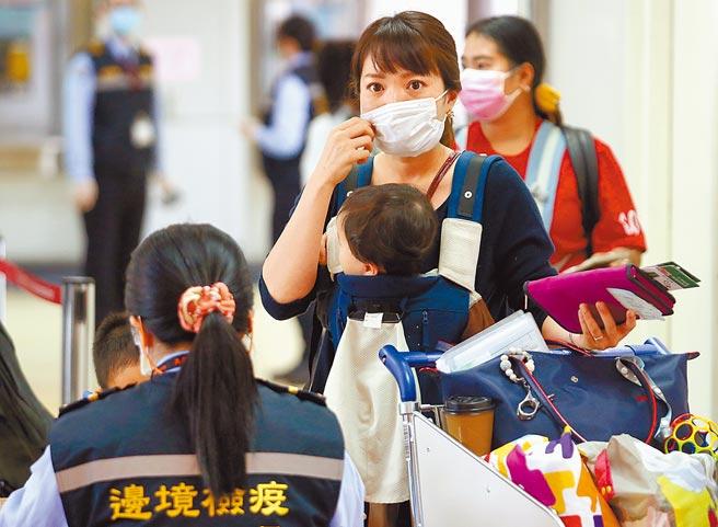 台灣19日新增4例境外移入新冠肺炎確定病例。圖為桃園機場入境管制區內,剛下機的旅客排隊查驗。(范揚光攝)