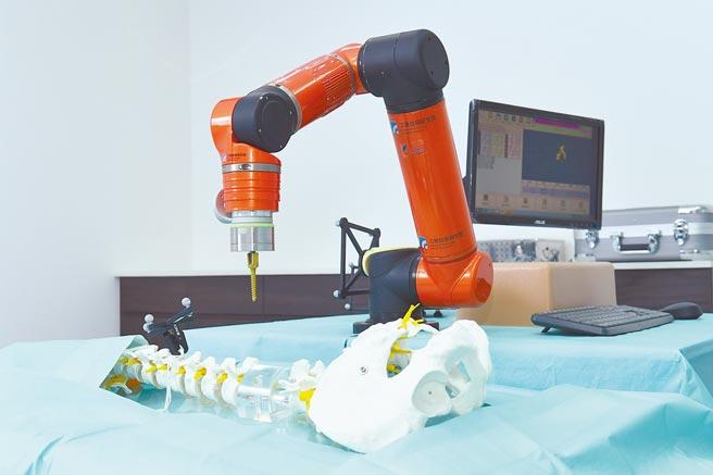 「TIBIC生醫產業跨域整合實驗場域」中的智慧手術機器人實驗室。(技術處提供)
