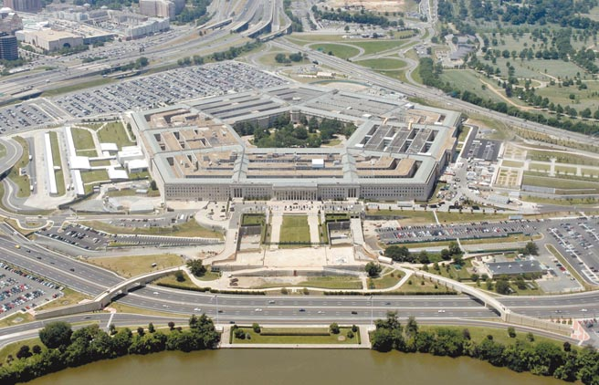 美國代理國防部長米勒下令停止與拜登過渡團隊的交接工作,五角大廈官員對此感到驚訝和不解。由於川普總統拒不認輸,令人懷疑此事不單純。(路透)