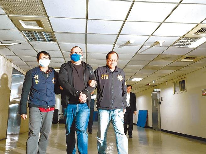 警方19日將涉嫌恐嚇球員的劉姓男子逮捕,訊後移送桃園地檢署偵辦,並查獲嫌犯收藏被害人的束褲、衣物及電腦、信用卡等贓證物。(林郁平攝)