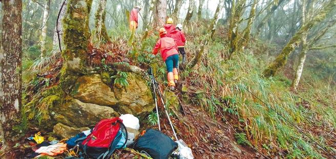66歲劉姓男子10日在研海林道3.8公里附近摔落失聯,山路陡峭救難人員艱辛搜尋救援,最後找到遺體。(花蓮縣消防局提供/王志偉花蓮傳真)