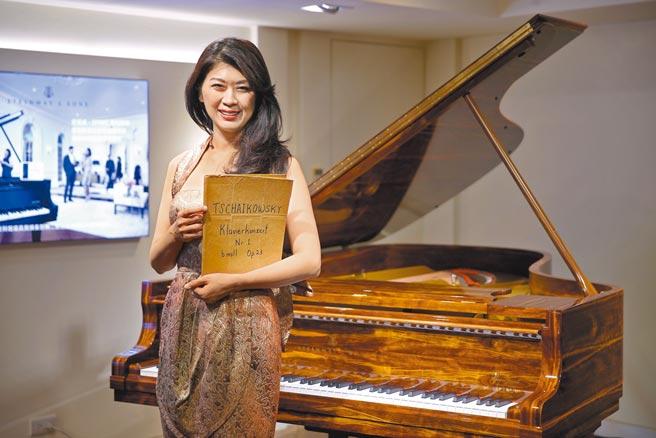 陳毓襄至今仍保留年少時期演奏的柴可夫斯基鋼琴協奏曲樂譜。(黃世麒攝)