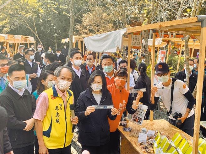 蔡英文總統19日走訪埔里鎮「花醮」,參觀青農市集。(廖志晃攝)