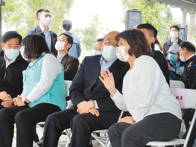 行政院長蘇貞昌(右二)到嘉義市聽取西區全民運動館簡報時,和嘉義市長黃敏惠(右一)在台下為此議題交換意見。(張毓翎攝)