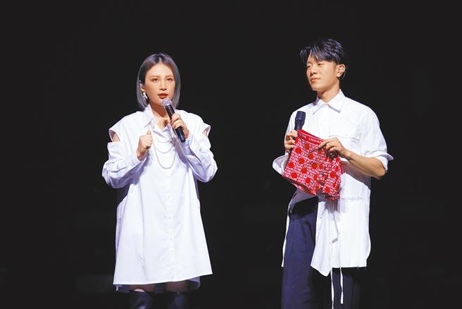 魏如萱(左)昨送韋禮安紅色內褲當耶誕禮物。(IMC Live Global提供)